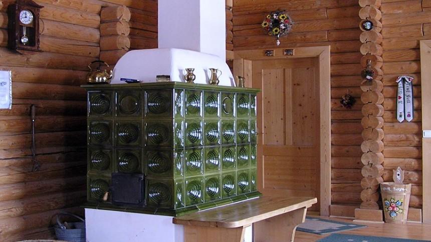 Poêle de masse type Kachelofen avec faïences vertes traditionnelles